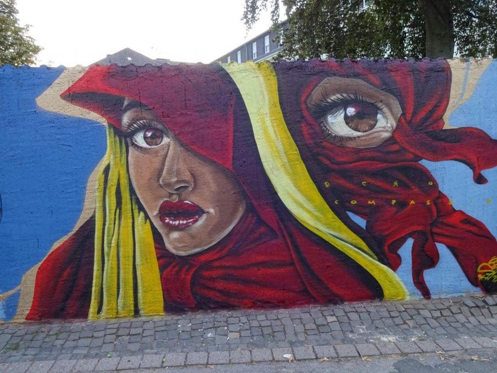 Kunst an der Busdorfmauer zeigt einen Heiligen - Sero Art