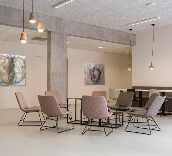 Offener Raum mit Kunstwerken ausgestattet